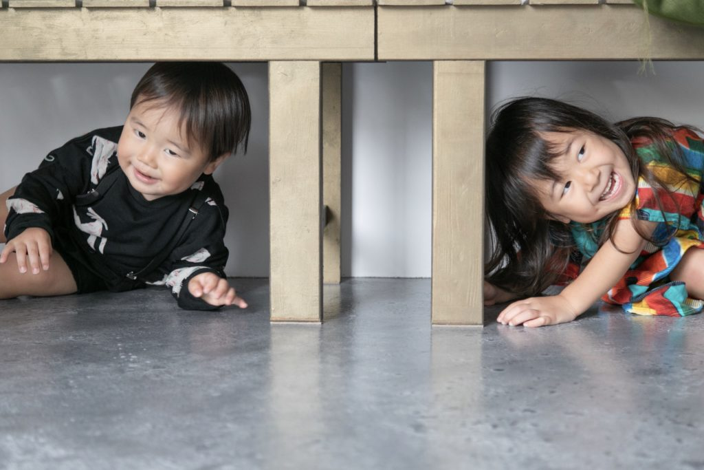 ベンチの下に潜り込む子供達
