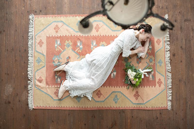 洋装ロケーション前撮り(絨毯で横になる新婦)