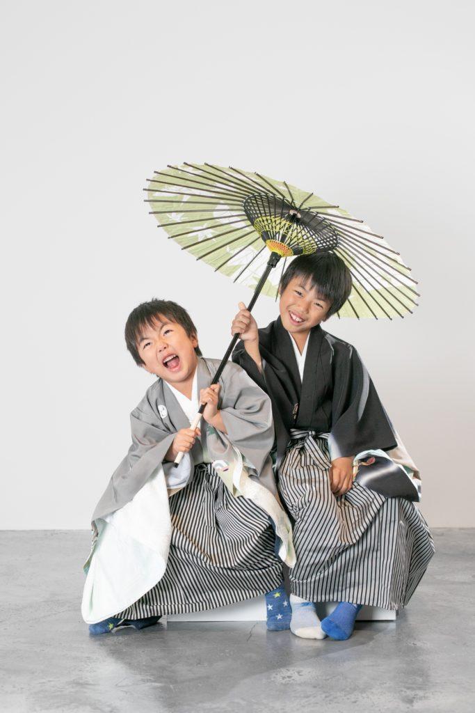 番傘を奪い合う七五三兄弟