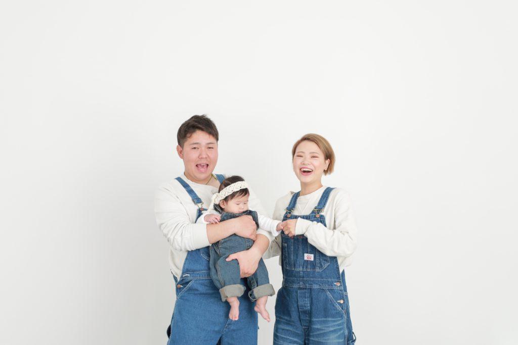 オーバーオールで家族写真