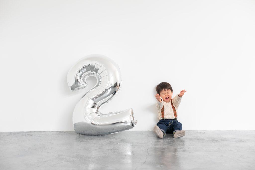 数字のバルーンと2歳バースデーボーイ