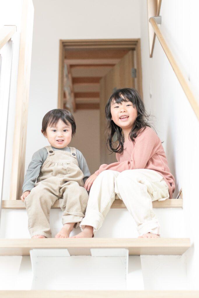自宅出張撮影 階段できょうだい写真