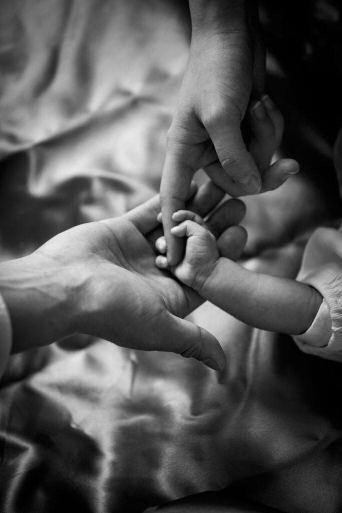 赤ちゃんとパパママの手